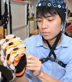 """脳波+ロボットで支える「最先端リハビリ」は、脳卒中患者らの""""福音""""となるか? 明大研究チーム"""